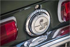 A casa de leilões Bonhams Renown mostra um veículo especial, um espectacular MUSTANG SHELBY GT500 1967 (1967 Shelby Mustang GT500). Um carro potente e musculoso, está em bomestado e apresenta os primeiros modelos com faróis interiores