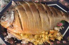 Nesta receita, o peixe tambaqui é assado no forno e recheado com farofa. Fica uma delícia e não há qualquer segredo. Vale a pena experimentar. Confira!
