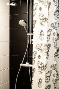 Kylpyhuone, suihku. Mustavalkoinen. Bathroom shower. Black and white.