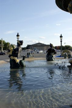 Palais Bourbon Assemblée Nationale vu de la place de la Concorde. Le palais Bourbon a été construit pour Louise Françoise de Bourbon, Mademoiselle de Nantes, fille légitimée de Louis XIV et de Madame de Montespan, qui avait épousé Louis III de Bourbon-Condé, duc de Bourbon et 6e prince de Condé en 1722.  Le Palais bourbon est le siège de l'Assemblée National