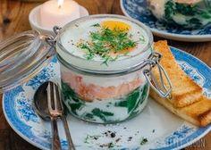 Gewokte spinazie samen met crème fraîche, gerookte zalm en eitjes in de oven. Het resultaat zijn deze eierpotjes. Benieuwd hoe je het maakt? Lees verder.