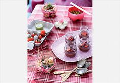 Na mesa, os fundos de garrafa pet comportam aperitivos, patês e saladinhas. Os tomates cereja foram acomodados em caixas de ovos e acompanham o pesto de manjericão. Disposto em potes de papinha de bebê, o ganache de chocolate com morangos adoça o restinho da festa