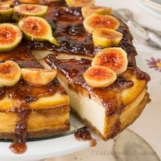 Delicious cheesecake baked and covered with fresh figs and jam. (In Spanish) Cheesecake Recipes, Cupcake Recipes, Dessert Recipes, No Bake Desserts, Delicious Desserts, Yummy Food, Amaretti Cookie Recipe, Cakes And More, Love Food