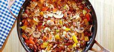 Dit heerlijke pannetje bruine bonen met paprika, prei, champignons, gehakt en kaas staat in 30 minuten op tafel. Hier het recept voor dit lekkere éénpansgerecht. Quick Recipes, Healthy Recipes, Slow Cooker Recipes, Cooking Recipes, Diner Recipes, Paleo, Dinner Is Served, Veggie Dishes, International Recipes