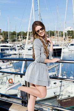 Rochie clos gri Comfort: este ideală și pentru sezonul răcoros deoarece o poți purta cu dressuri groase, cizme sau pantofi cu toc.