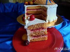 В этом тортике объединены сладость медовых коржей, кислинка малинового конфи и пышность сметанного крема