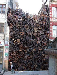 A instalação de Doris Salcedo em Istambul, na Turquia, é basicamente isso: 1550 cadeiras no meio de dois prédios.