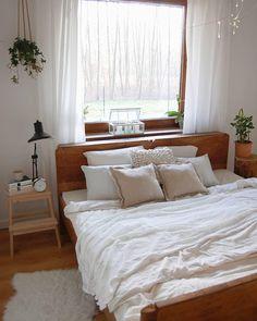 In Diesem Schlafzimmer Kann Man Sich Nur Wohlfühlen. Grüne Pflanzen,  Lichterketten, Gedeckte Farben, Naturmaterialien Wie Holz Und Rattan Und  Kuschelige ...