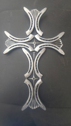 Horseshoe and Nail Cross – Typical Miracle Welding Art Projects, Welding Crafts, Metal Art Projects, Blacksmith Projects, Welding Ideas, Metal Crafts, Horseshoe Nail Art, Horseshoe Projects, Horseshoe Crafts