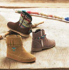 Ces boots sont justes irrésistibles de style avec leur jeu de franges, broderies, perles Collection Automne-Hiver 2016 - www.vertbaudet.fr