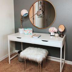 Ideas bedroom desk diy makeup vanities for 2019 Bedroom Desk, Room Ideas Bedroom, Decor Room, Home Bedroom, Teen Bedroom, Master Bedroom, Bedroom Drawers, Girl Bedrooms, Vanity Design