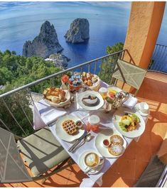 Italy Tourism, Italy Travel, Breakfast Lunch Dinner, Breakfast Recipes, Breakfast Time, Hotel Punta, Isle Of Capri, Italian Style, Places To Travel