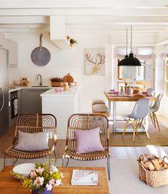 ¿Parquet en la cocina? El parquet siempre se asocia más a un salón que a una cocina, pero poner uno sintético flotante (más sufrido que el natural) es muy buena opción: le restará aire de cocina y la integrará mejor en el espacio.