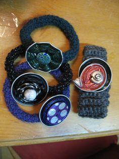 Wunderbarer Upcycling Modeschmuck aus Nespressokapseln. Verziert mit Perlen, Draht,Knöpfen etc. Hier ein Exemplar - rund gehäkeltes Armband mit m.schönem Perlmuttknopf in lila eingefärbt und ...