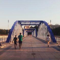 Verano en Zaragoza. Atardecer en el puente de hierro #zaragozaguia #zaragoza #regalazaragoza #zaragozapaseando #zaragozaturismo #zaragozadestino #miziudad #zaragozeando #mantisgram #magicaragon #loves_zaragoza #loves_aragon #igerszaragoza #igerszgz #igersaragon #instazgz #instamaños #instazaragoza #zaragozamola