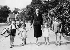 Edith Piaf avec les enfants de Marcel Cerdan. De gauche à droite : René Cerdan, Paul Cerdan, Edith, probablement la fille de sa secrétaire, et à droite Marcel Cerdan Jr.