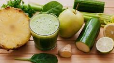 Jugo de piña, pepino, apio, jengibre y limón para eliminar la grasa en la barriga