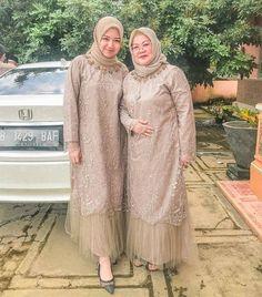 Kebaya Kondangan #inspirasikebaya #kebayamuslim #kebayakeluarga #seragamkeluarga #seragamkebaya #couplekeluarga #kebayawisuda #kebayatunangan #bridesmaid #seragambridesmaid #penjahitonline #penjahitserang #penjahitcilegon #kebayamodern #kebayaindonesia #kebayacantik Dress Brokat Muslim, Dress Brokat Modern, Kebaya Muslim, Muslim Dress, Model Kebaya Brokat Modern, Kebaya Modern Hijab, Kebaya Hijab, Kebaya Dress, Dress Muslim Modern