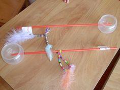 vredespijp van wasballotje en een rietje. Aan het rietje zijn kleine ijzerdraadjes bevestigd waaraan de kinderen kralen kunnen rijgen. Als je zeepsop in het bolletje doet kun je schuim signalen maken.