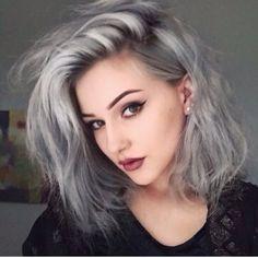 Haare mittellang grau