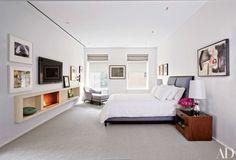 quarto-minimalista-com-lareira-em-aparador-suspenso-de-limestone