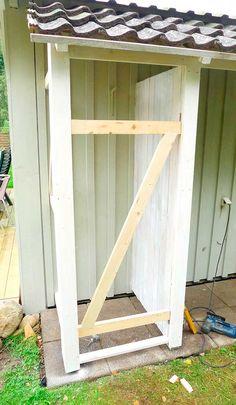 Slik bygger du en enkel redskapsbod selv - viivilla.no Diy Storage Shed Plans, Garden Storage Shed, Tool Storage, Green Garden, Vegetable Garden, Plank, Home Projects, Deck, Backyard