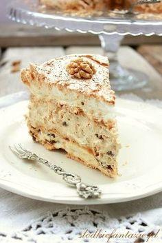 Obłędnie pyszny tort bezowy przekładamy kremem kajmakowym, z dodatkiem suszonych daktyli i orzechów włoskich.