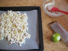 Popcorn with lime and white chocolate