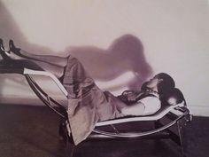 Charlotte Perriand se détend sur la chaise longue à réglage continu, 1928. Cliché Pierre Jeanneret1928. Cliché Pierre Jeanneret