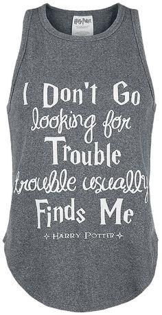 Když si oblečete tento melírovaný šedý top s rustikálním vzhledem, řeknete všechno, co chcete i bez slov. Na přední straně je vyobrazen nápis z filmu Harry Potter 'I Do not Go Looking For Trouble ...'. Tento top doporučujeme všem, jejichž pronásledují problémy a chtějí při tom dobře vypadat.