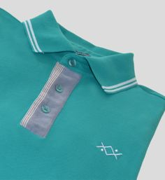 Short-sleeved piquet polo. Ribbed collar and cuffs with two white contrasting stripes. More details in: http://www.oceanstitch.pt/en/Products-Men/Supertubos-Polo