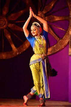 Manju Warrier Dance Paintings, Indian Art Paintings, Folk Dance, Dance Art, Indian Classical Dance, South Indian Film, Dance Poses, Hindu Art, Indian Film Actress