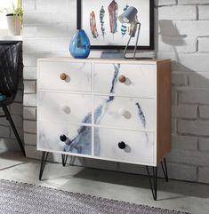 Marmor- und Aquarellmuster sind total im Trend! Die Kommode mit blau-weißen Fronten und eleganten Metallfüßen ist ein super moderner Hingucker, der die Mode mit einem Hauch von Nostalgie verbindet.