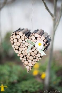 Lalalalove is in the air: Springlike branch heart- Lalalalove is in the air: Frühlingshaftes Astherz Actually, I wanted to sit down on Easter Monday in a quiet corner and tinker my little heart. The emphasis is on REAL. In fact, after cutting my MY … - Diy Home Crafts, Wood Crafts, Crafts For Kids, Paper Crafts, Easter Monday, Deco Nature, Deco Floral, Diy Décoration, Nature Crafts