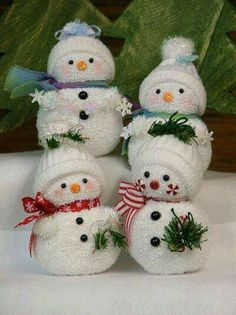 Christmas crafting for the artistically challenged Sock Snowmen! Darling little sock Frost Family! Love these cute little snow family members! Christmas Snowman, Winter Christmas, Christmas Holidays, Christmas Decorations, Christmas Ornaments, Christmas Sock, Father Christmas, Christmas Wreaths, Snowman Crafts