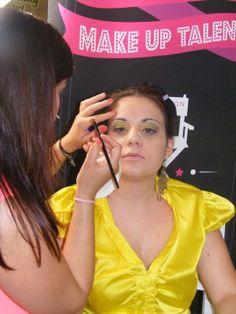 La candidata Spinelli Laura impegnata a completare il trucco alla sua modella