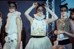 En backstage du défilé Giambattista Valli haute couture printemps-été 2015 http://www.vogue.fr/mode/inspirations/diaporama/fwhc15-en-backstage-du-dfil-giambattista-valli-haute-couture/18769/carrousel#6