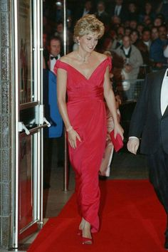Princess Diana, Princess of Wales, at Odeon Cinema in London to attend the premiere of Julie Walter's new film 'Just Like a Woman'. Diana wore a red silk gown designed by Victor Edelstein Picture. Get premium, high resolution news photos at Getty Images Princesa Diana, Princesa Real, Princess Diana Photos, Princess Diana Fashion, Royal Princess, Princess Of Wales, Victor Edelstein, Retro Mode, Diane