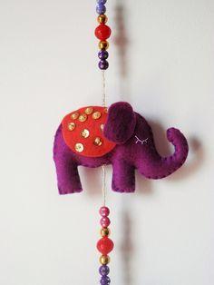 Móbile de elefante com flores de hibisco, feito a mão de feltro com carinho. <br>Perfeito para presente! <br> Móbile pode ser feito só com elefantes, sem flores e tmb em outros cores, de acordo com o seu gosto. <br>Pode ser feito em outros cores!