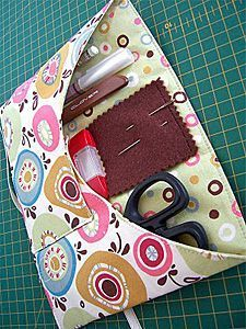 You SEW Girl: (Sewing) Class Roll - Tutorial for a roll for your on-the-go sewing/knitting supplies! I'll probably need one of these for my knitting needles and crochet hooks before long! Sewing Class, Sewing Tools, Sewing Hacks, Sewing Tutorials, Sewing Projects, Sewing Patterns, Sewing Notions, Sewing Caddy, Sewing Kits