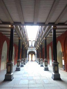 Stralsund - historischer Rathausdurchgang mit Feinschmeckergeschäften.