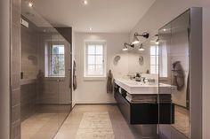Stort og rummeligt badeværelse med stor bruseniche #huscompagniet #inspiration #indretning #husbyggeri #indretning #nybyg #husejer #nythus #typehus #badeværelse #bad