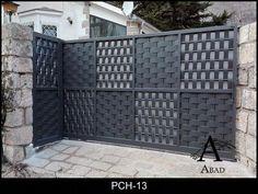 Puerta de garaje exterior en chapa trenzada #Portones Gate Wall Design, House Main Gates Design, Wood Fence Design, Steel Gate Design, Front Gate Design, House Front Design, Door Design, Front Gates, Entrance Gates