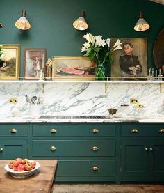 Цвет. Зелёная мебель с ходом и мраморная столешница белая