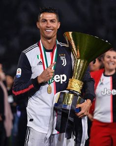 Cristiano on IG: Very happy to win the second trophy for Juventus and my first Serie A championship! Cristiano Ronaldo 7, Cristiano Ronaldo Hairstyle, Cristiano Ronaldo Quotes, Cristiano Ronaldo Wallpapers, Juventus Fc, Juventus Soccer, Ronaldo Football, Football Players, Sports Football
