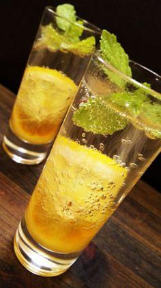 ■ハニージンジャーリモネード  はちみつ、生姜にレモンと、体にいい素材をたっぷり使った、さっぱり味のドリンクレシピです。ミントを浮かべ、見た目にも爽やかです。 Fruit Drinks, Smoothie Drinks, Bar Drinks, Cocktail Drinks, Yummy Drinks, Cocktails, Smoothies, Herb Recipes, Great Recipes