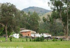 """Hacienda Tres Molinos, centro de agroindustria en Cajamarca.  En el centro poblado de Santa Bárbara, en Cajamarca, encontramos la Hacienda Tres Molinos, una casona de particular estilo arquitectónico, toda una belleza, el cual fue habitado por el pueblo de Tiahuanaco hace muchos años, construyeron sus regadíos y honraban a sus dioses en la """"Puerta del Sol""""."""