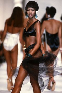 Naomi Campbell walks the runway during the Chanel Ready to Wear show as part of Paris Fashion Week Spring/Summer in October, 1990 in Paris, France. Erstklassige Nachrichtenbilder in hoher Auflösung bei Getty Images Swag Style, 90s Style, Karl Lagerfeld, Boyfriend Jeans, Naomi Campbell Walk, Hip Hop, Chanel Fashion, Women's Fashion, Paris Fashion