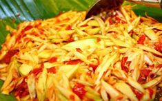 Sambal adalah salah satu kudapan yang biasa disajikan dengan lauk pauk, tanpa sambal rasanya seperti sayut tanpa garam hihihi. Kali ini kami akan membagikan resep sambal mangga