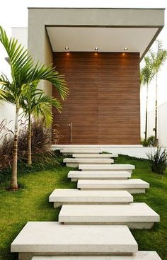 ...yes to asymetrical stepping stones....allée d'entrée futiriste en marches asymétriques et palmiers